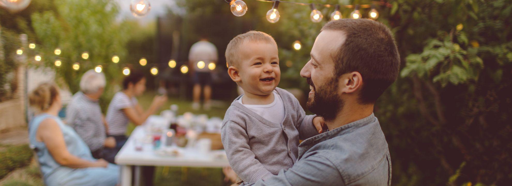 Bilde av far og sønn i en hage.