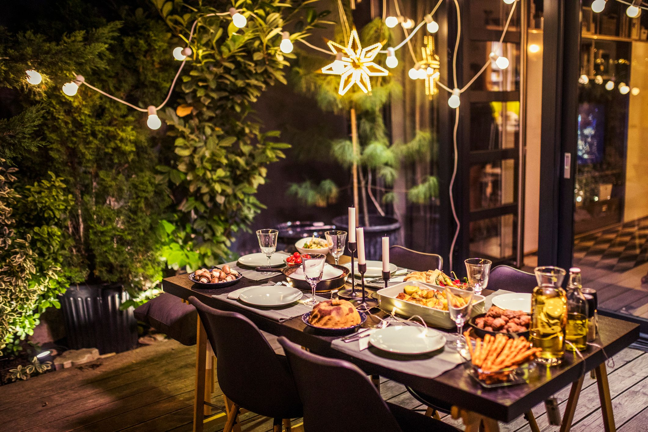 Dekket bord med mat på terrassen